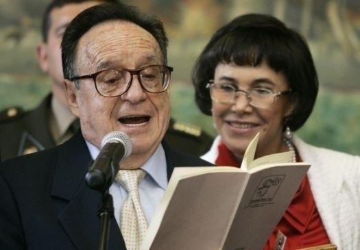 Roberto Gómez Bolanõs ganhou fama ao interpretar o personagem Chaves na década de 1970. O ator mexicano é casado com Florinda Meza, a Dona Florinda do seriado, com quem mantém relacionamento desde 1978; é ela quem está junto dele na foto.
