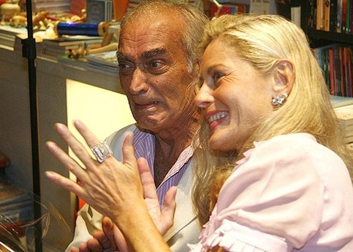 """Um dos últimos registros da atriz ao lado do ex-marido Perry Salles, quando ele compareceu à noite de autógrafos da autobiografia de Vera, """"Um Leão Por Dia"""" (23/03/2009). Em 17/6/09, Perry morreu de câncer"""