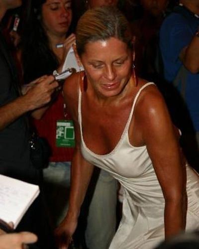 Usando vestido branco, Vera é cercada por jornalistas no Fashion Rio (Janeiro/2006)