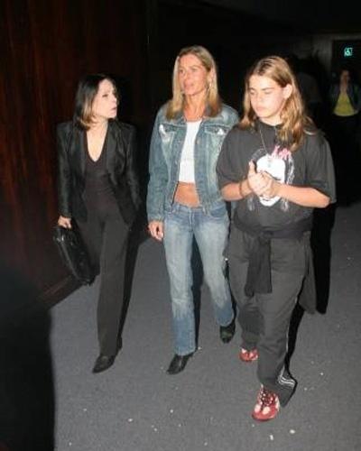 """Vera, ao lado da amiga Liege Monteiro, leva o filho Gabriel para assistir à pré-estreia de """"Batman Begins"""" (Outubro/2005). A atriz exibe barriga em forma ao usar jeans de cintura baixa e miniblusa"""