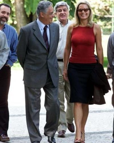 Vera caminha ao lado do então presidente do Brasil, Fernando Henrique Cardoso, após almoço com atores e diretores da Rede Globo, em Brasília (Novembro/2000)