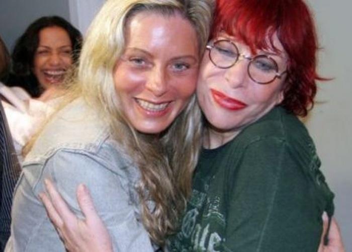 Vera ganha um abraço de Rita Lee nos bastidores do show da cantora no Rio (Maio/2008)