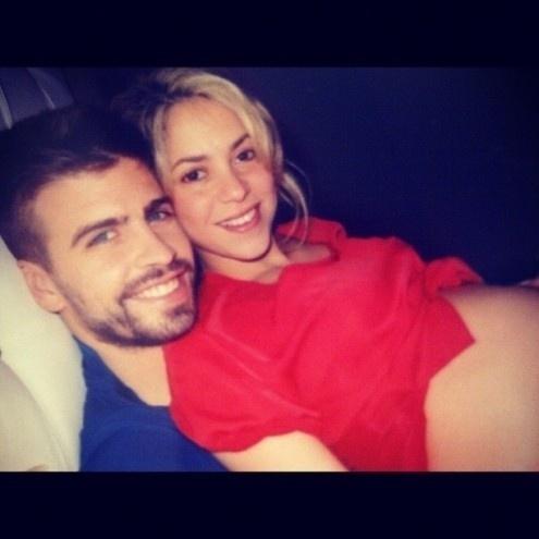 """27.nov.2012 - Grávida de sete meses, Shakira postou uma foto no colo do marido, o jogador de futebol Gerard Piqué. A cantora fez questão de dividir a alegria do momento com seus seguidores: """"Eu poderia ter outros nove meses assim"""", escreveu a colombiana"""