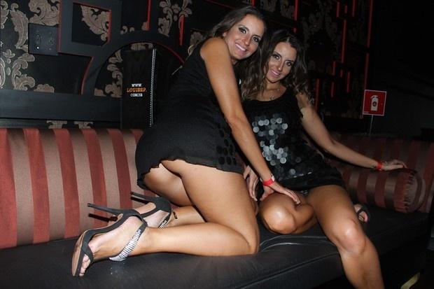 """30.nov.2012 - Em noite de lançamento da revista """"Playboy"""" realizada em uma boate de São Paulo, as gêmeas gaúchas Débora e Denise Tubino ficaram bem à vontade e mostraram demais para os fotógrafos. Parte do bumbum de Débora e a calcinha de Denise foram flagradas pelas câmeras"""