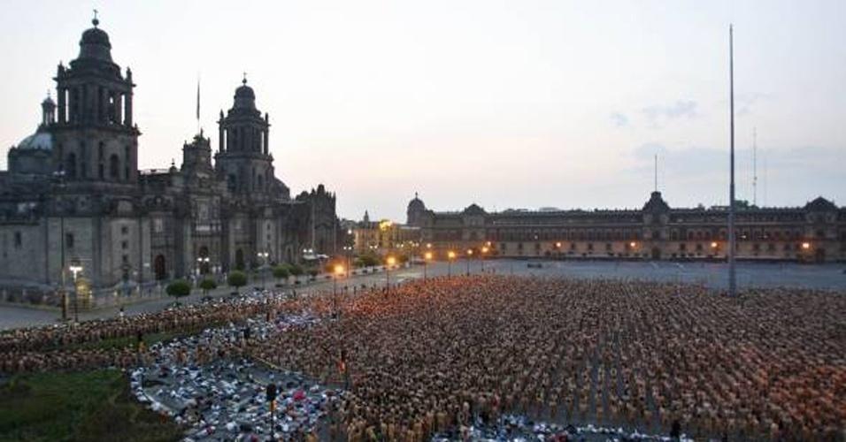 6.mai.2007 - Na manhã de um domingo, mais de 18 mil pessoas posaram nuas para o fotógrafo, no México