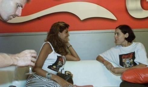 21.jan.2001 - Roberta Close (esq.) conversa com a atriz Soraya Ravenle, enquanto seu marido, Roland Granacher, chega com a bebida, no camarote da AOL, no Rock in Rio