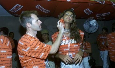 """25.fev.2001 - Em foto de 2001, Roberta Close, então apresentadora do programa """"De Noite na Cama"""", do canal Shoptime, e seu marido, Roland Granacher, assistem ao desfile das escolas de samba no camarote da Brahma, na Marquês de Sapucaí, no Rio de Janeiro (RJ)"""