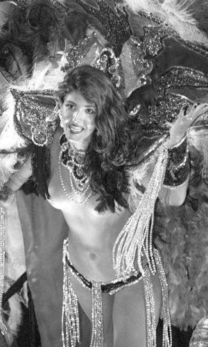 Roberta Close desfila na escola de samba Beija-Flor no Carnaval de 1995