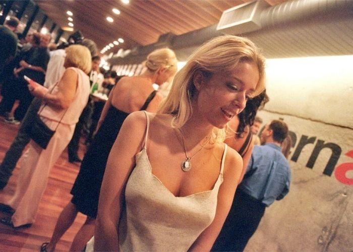 """1998 - Luciana Vendramini no coquetel de abertura da exposição """"O Diário Perdido"""", do fotógrafo Albert Watson."""