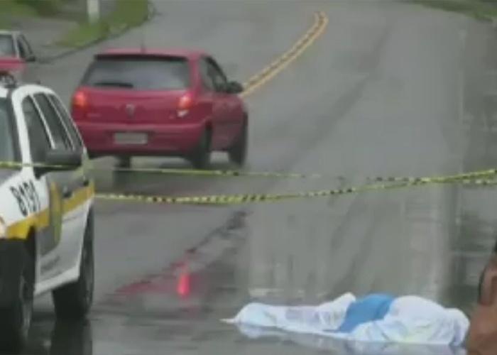 Um homem de 62 anos morreu ao tentar evitar que três homens levassem seu carro. Ele se pendurou na janela do veículo e levou três tiros. Ninguém foi preso.