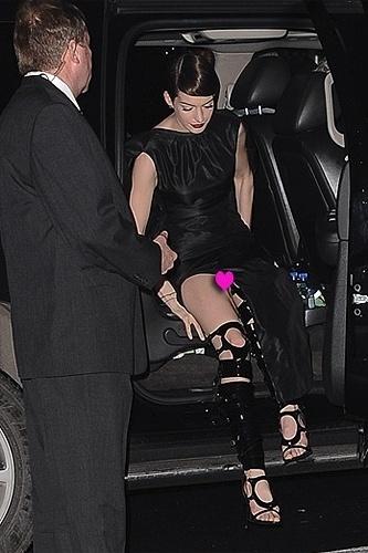 10.dez.12 - Estrela do filme inspirado no musical 'Os Miseráveis', Anne Hathaway se descuidou durante a première do longa, em Nova York, e mostrou mais do que devia. A atriz foi flagrada pelos fotógrafos sem calcinha quando descia do carro ao chegar à festa