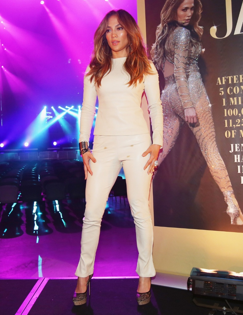 11.dez.2012 - Jennifer Lopez exibiu manchinhas indesejadas em um look todo branco durante uma coletiva de imprensa em Melbourne, Austr&#225;lia. O encontro com a imprensa aconteceu para a divulga&#231;&#227;o da turn&#234; de shows de J.Lo. Apesar de ter uma equipe enorme de produ&#231;&#227;o, a cantora s&#243; notou que estava com a cal&#231;a suja, possivelmente de caf&#233; ou ch&#225;, na hora em que foi avisada pelos fot&#243;grafos