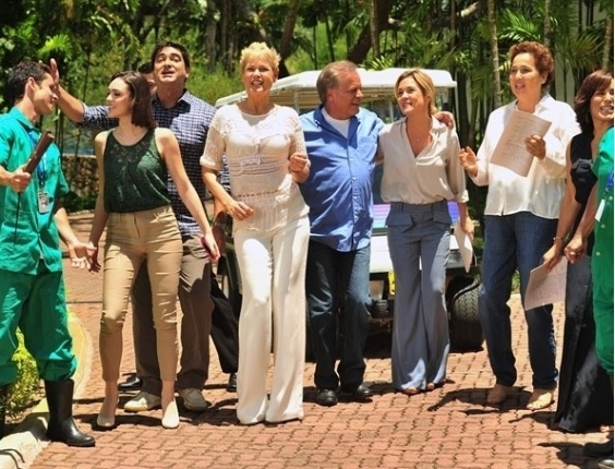 21.nov.2012 - Isabelle Drummond, Zeca Camargo, Xuxa, Chico Pinheiro, Adriana Esteves, Claudia Raia e  Gloria Perez se re&#250;nem no Projac durante grava&#231;&#227;o da campanha de fim de ano da Rede Globo