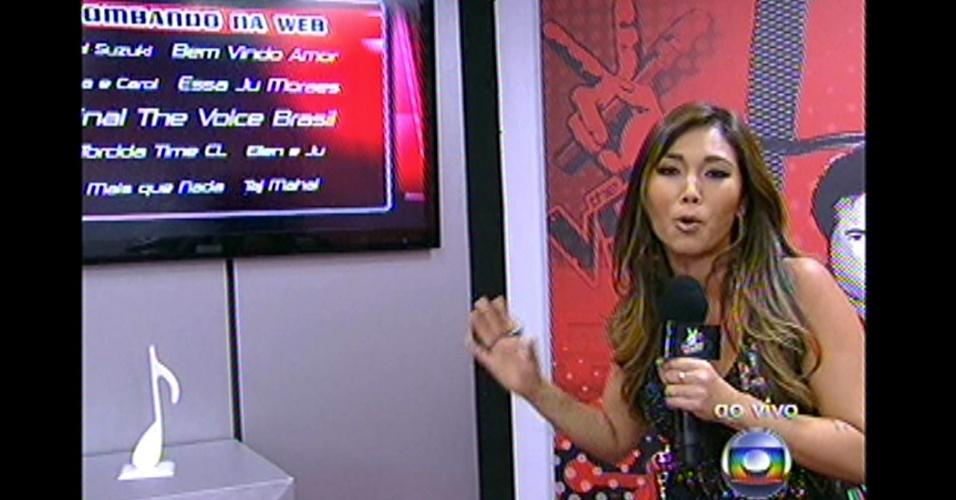 16.dez.2012 - A réporter do programa Daniele Suzuki acompanha a opinião do público nos batidores da atração