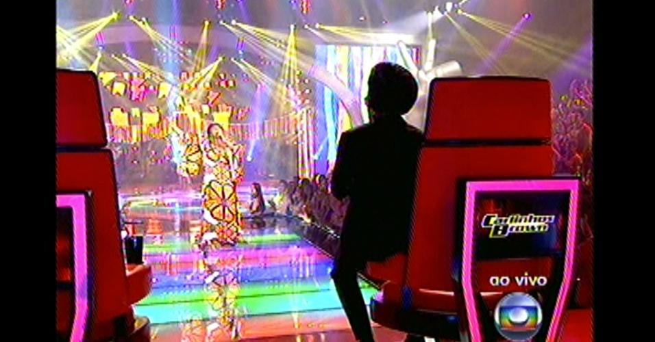 16.dez.2012 - Carlinhos Brown assiste à apresentação de Ellen Oléria