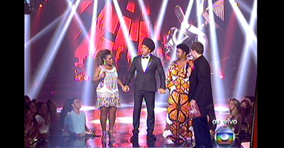 16.dez.2012 - Carlinhos Brown pede aplausos para suas duas candidatas