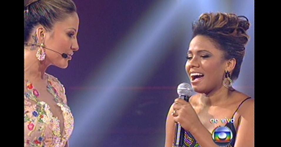 16.dez.2012 - Claudia Leitte elogia performance de Thalita. Técnica escolheu Ju Moraes