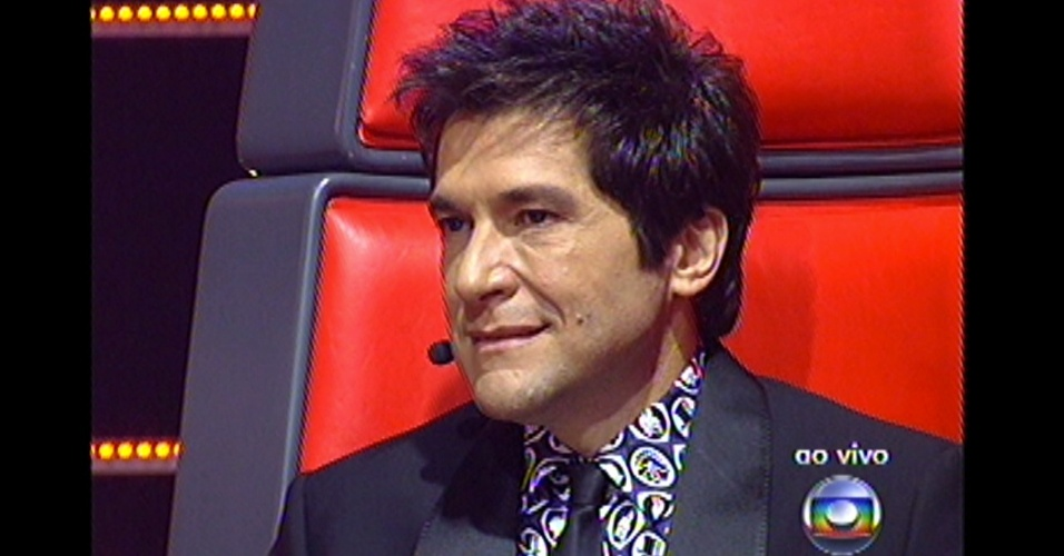 16.dez.2012 - Daniel presta atenção nas apresentações de seus dois finalistas