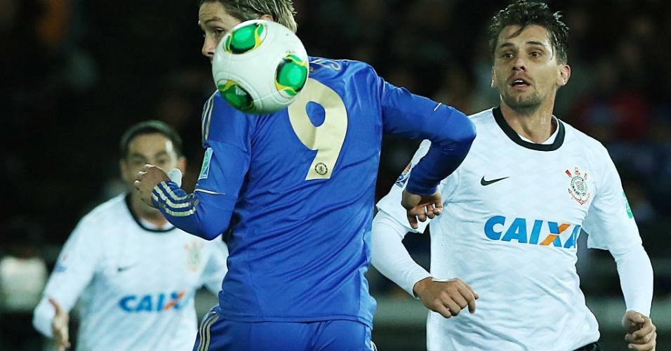 16.dez.2012 - Fernando Torres procura a bola em lance da final entre Corinthians e Chelsea pelo Mundial de Clubes. Corinthians marcou 1 a 0 aos 23 minutos do segundo tempo