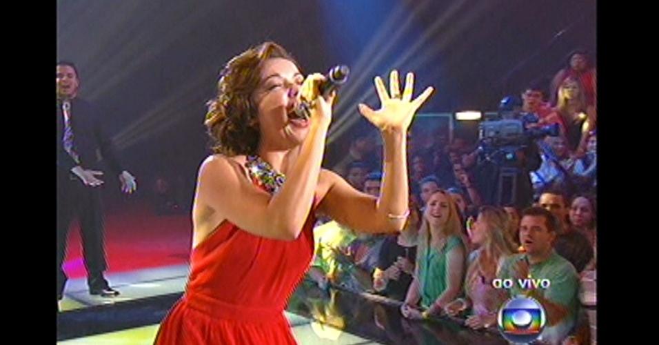 """16.dez.2012 - Liah Soares canta """"Tente outra vez"""", de Raul Seixas, na final do """"The Voice Brasil"""""""