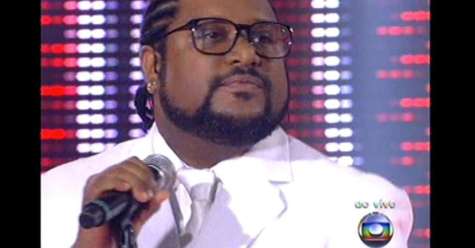 16.dez.2012 - Marquinho O Sócio, ex-time do Lulu, se apresenta no palco do reality show