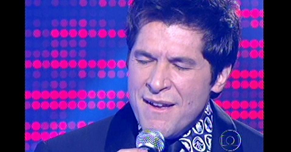 16.dez.2012 - Técnico Daniel se apresenta na final antes dos resultados da votação