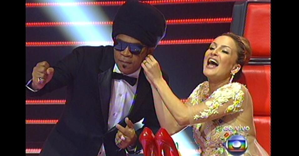 16.dez.2012 - Técnicos curtem o show de Lulu Santos