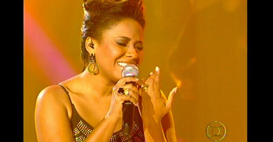 """16.dez.2012 - Thalita Pertuzatti canta """"Quem de Nós Dois"""", de Ana Carolina, na final do """"The Voice Brasil"""""""