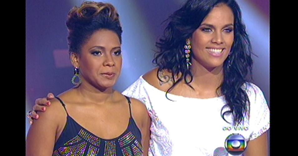 16.dez.2012 - Thalita Pertuzatti e Ju Moraes aguardam decisão de Claudia Leitte