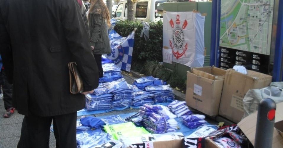 16.dez.2012 - Ambulantes vendem artigos de Chelsea e Corinthians horas antes da final do Mundial de Clubes entre as duas equipes em Yokohama, no Japão