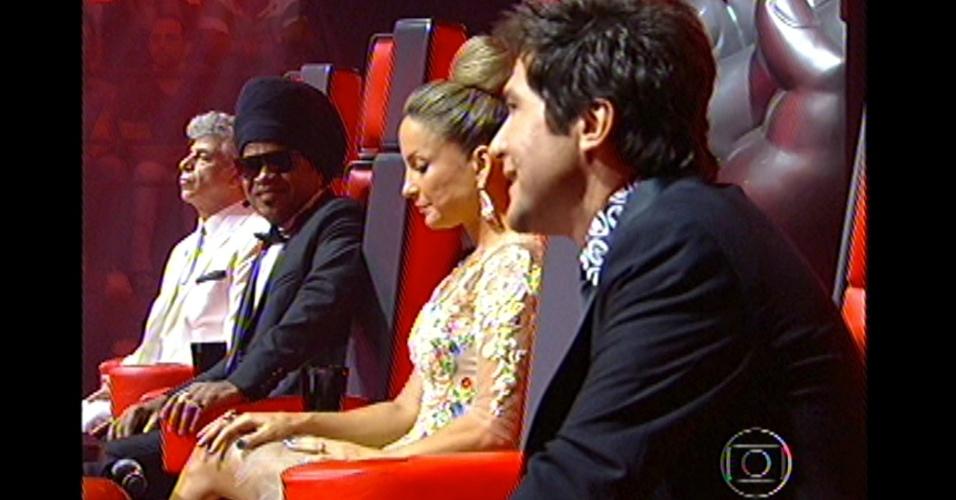 16.dez.2012 - Daniel avalia as apresentações de seus finalistas, Liah e Danilo