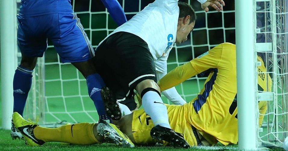16.dez.2012 - Goleiro Cássio, do Corinthians, faz milagre e segura em cima da linha o chute de Cahill, do Chelsea, durante a final do Mundial de Clubes da Fifa, em Yokohama, no Japão