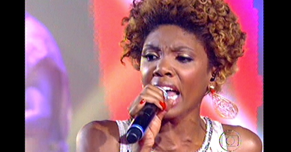 16.dez.2012 - Késia Estácio, finalista do time do técnico Lulu, se apresenta no 'The Voice Brasil'