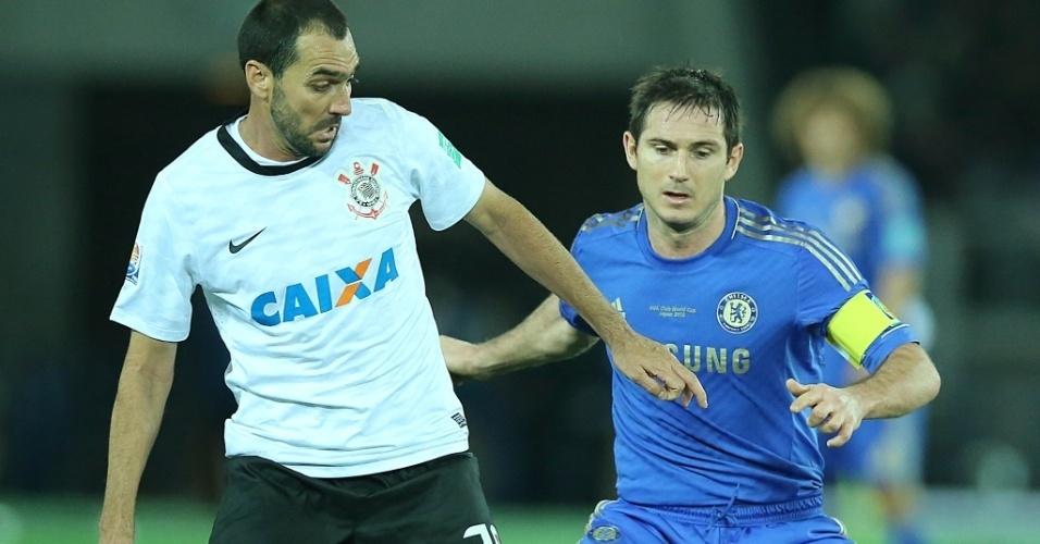 16.dez.2012 - Observado por Lampard, do Chelsea, Danilo, do Corinthians, protege a bola durante a final do Mundial de Clubes da Fifa, em Yokohama, no Japão