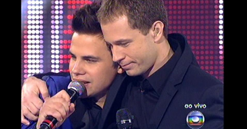 16.dez.2012 - Tiago Leifert pede aplausos para Danilo Dyba