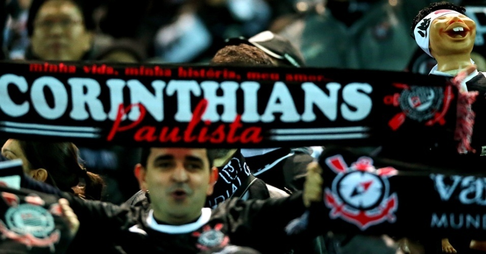 16.dez.2012 - Torcedor do Corinthians faz festa no estádio de Yokohama, onde acontecerá a final do Mundial de Clubes contra o Chelsea