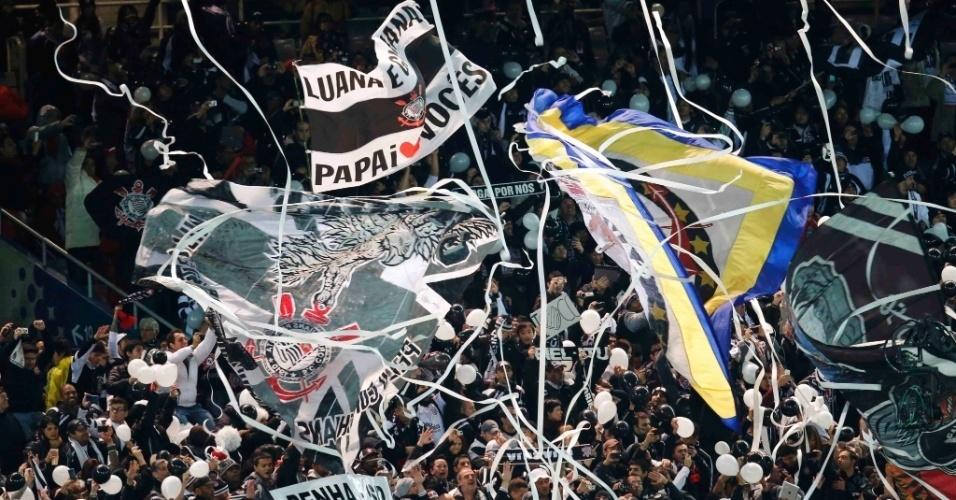 16.dez.2012 - Torcedores do Corinthians fazem festa no Estádio Internacional de Yokohama, no Japão, durante a final do Mundial de Clubes da Fifa, contra o Chelsea, da Inglaterra