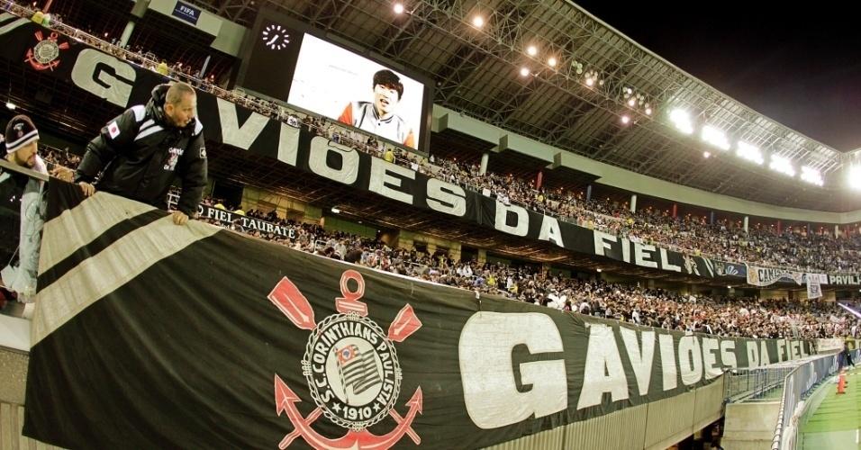 16.dez.2012 - Torcida do Corinthians toma boa parte do estádio de Yokohama, onde acontece a final do Mundial de Clubes contra o Chelsea