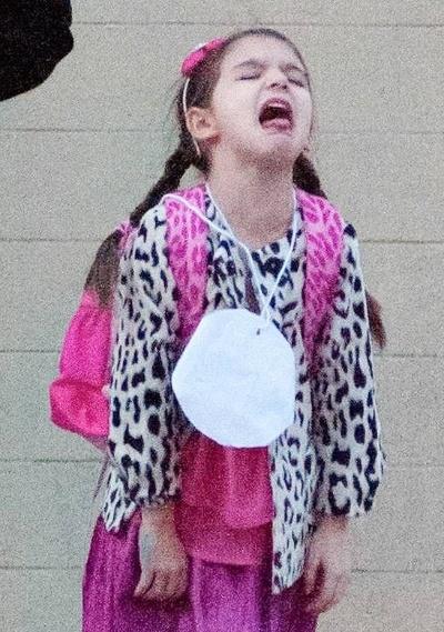 """17.dez.2012 - Após o divórcio de Tom Cruise, Katie Holmes decidiu que o Papai Noel será extremamente generoso com a filha Suri. De acordo com o jornal """"The Sun"""", a menina vai receber do Papai Noel R$ 100 mil em presentes. Um dos maiores é uma casa de bonecas em estilo vitoriano. O mimo tem até eletrecidade e água. Ela vai ganhar ainda um iPad mini, uma versão infantil de Mercedes (o carro), além de um vestido Ralph Lauren e um casaco de pele da grife Chloe"""