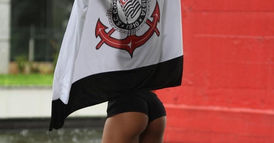 17.dez.2012 - Terceira colocada no concurso Miss Bumbum 2012, a corintiana Camila Vernaglia resolveu comemorar o título de bicampeão mundial do Corinthians com um ensaio sensual bem ousado. A gata foi fotografada em plena avenida Paulista com a bandeira do Timão