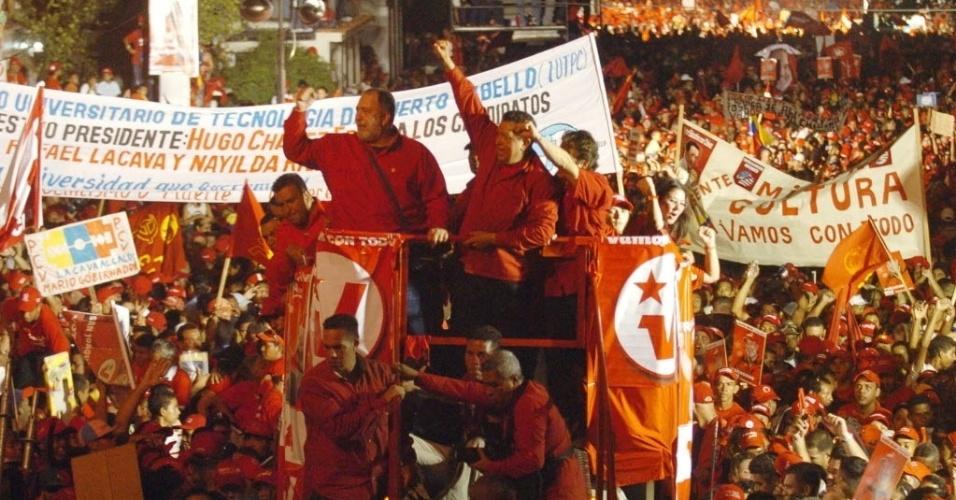13.nov.2008 - O presidente venezuelano Hugo Chávez (centro) em campanha com candidatos de seu partido, o Partido Socialista Unido de Venezuela (PSUV), em Puerto Cabello (Venezuela). Atendendo ao pedido de Chávez, no mesmo ano, a Assembléia Nacional Venezuelana formalizaou emenda para permitir a reeleição presidencial indefinida de Hugo Chávez. Rádios e televisões do país foram obrigados a transmitir a formalização da proposta