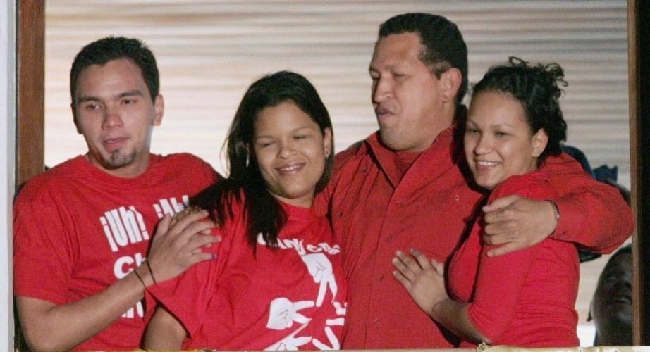 16.ago.2004 - Chávez e seus filhos, Hugo e Rosa Virginia, e a mulher Maria Gabriela comemoram vitória em Caracas