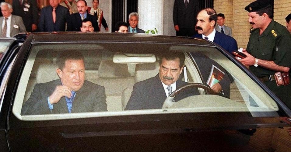 2000 - É reeleito presidente da Venezuela, para um mandato de seis anos, com 59% dos votos. Na foto, O presidente do Iraque, Saddam Hussein, leva seu colega venezuelano, Hugo Chávez, para um passeio de carro por Bagdá. Chávez foi o primeiro chefe de Estado a visitar Saddam desde a Guerra do Golfo, em 1991
