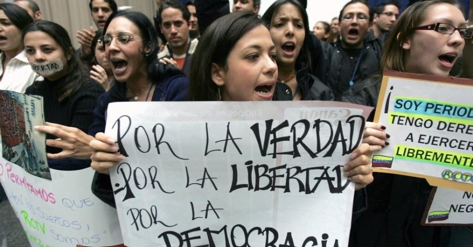 25.jan.2007 - Jornalistas da Radio Caracas Televisión (RCTV) se manifestam contra a não-renovação da licença da rede pelo presidente Hugo Chávez, em Caracas (Venezuela). Chávez anunciou que o governo não renovará em maio a concessão da RCTV, acusada de apoiar o golpe de Estado fracassado em 2002