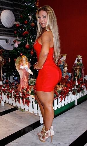 15.dez.2010 - Valesca Popouzada é vista depois da operação que lhe deixou com próteses de silicone de 550ml. A funkeira gravou especial para programa de TV, em São Paulo