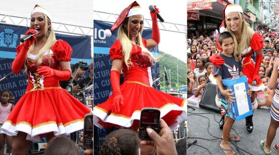 18.dez.2011 - Vestida de Mamãe Noel, a funkeira Valesca Popozuda faz show e distribui presentes para as crianças da Rocinha, comunidade localizada na zona sul do Rio de Janeiro