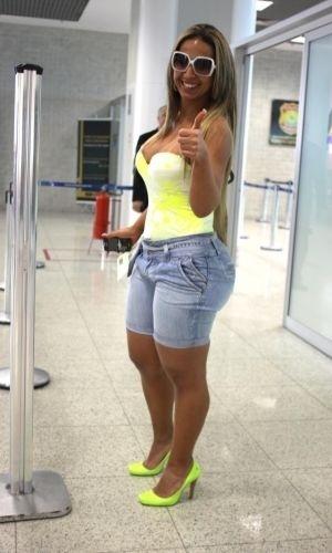 25.nov.2010 - Valesca Popozuda no aeroporto Santos Dumont, no Rio; mesmo em roupas