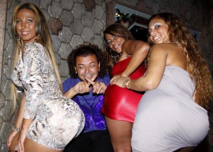 27.ago.2010 - Valesca Popozuda realiza festa para fãs na suíte do Motel Mirante na Barra, no Rio de Janeiro. Ao lado dela, o promoter David Brazil