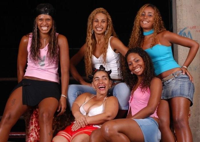 3.mar.2005 - Valesca (2ª da esquerda para a direita) é uma das integrantes do grupo Gaiola das Popozudas, cujas letras defendem direito de ser amante