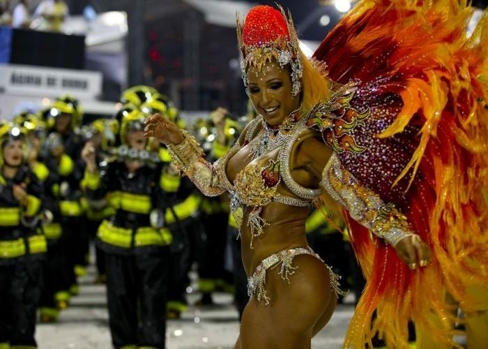 6.mar.2011 - Rainha de bateria da Águia de Ouro, Valesca Popozuda, desfila no Anhembi, em São Paulo